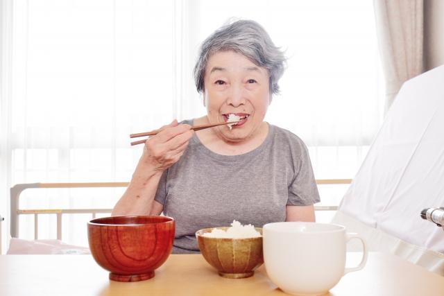 介護側の都合で食事介助をしていない?自分で食べることの喜び